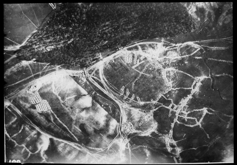 Luftaufnahme einer Stellung in Morawice