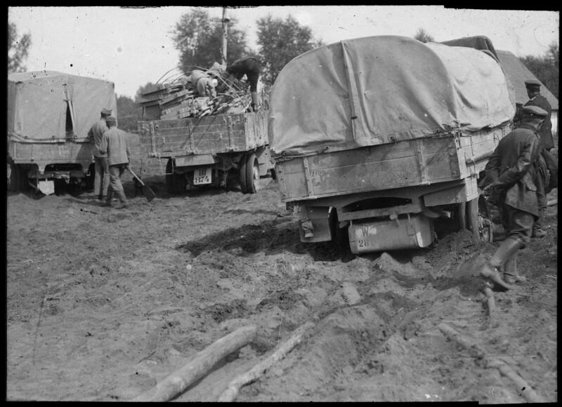 Im Sand steckengebliebene Lkws der österreichisch-ungarischen Armee