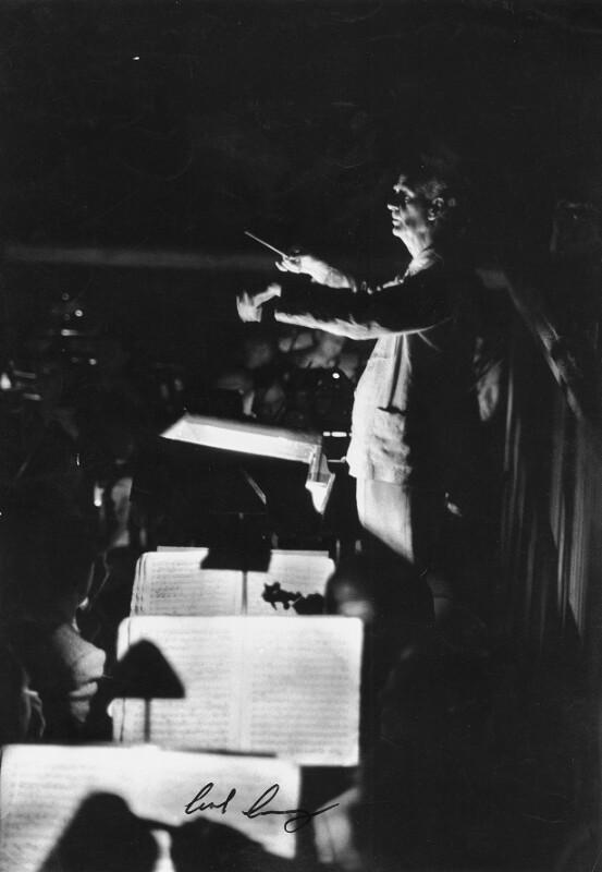 Wilhelm Furtwängler dirigiert das Orchester der Wiener Philharmoniker in der Konzerthalle des Musikvereins