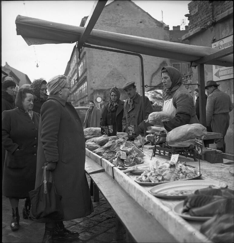 Hausfrauen kaufen Fleisch bei Bauernmarkt in Wien