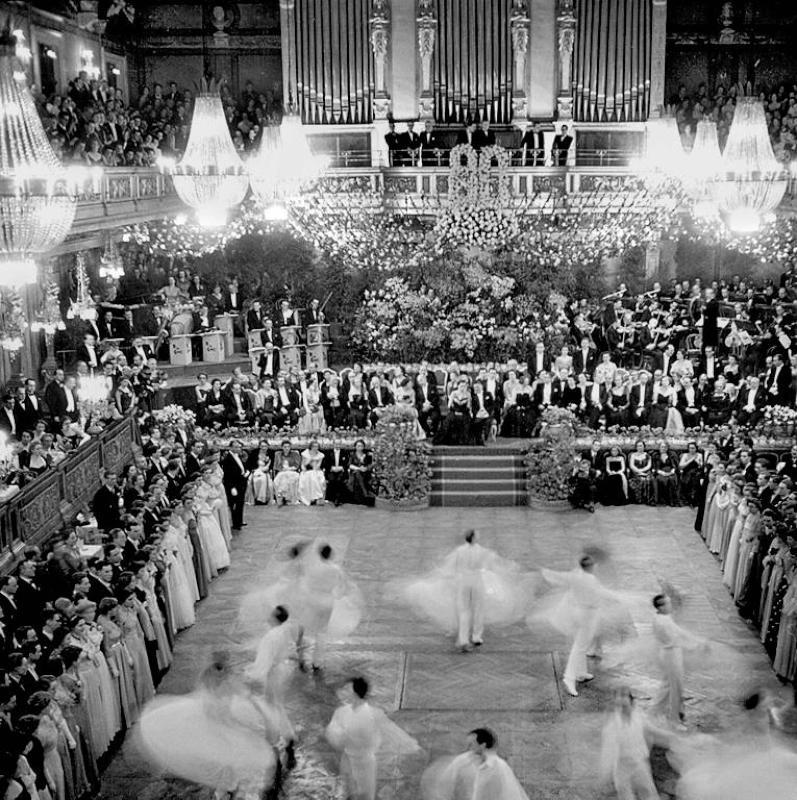 Nach dem vom Krieg zerstörten Wien kehrt wieder Frieden ein: der Eröffnungswalzer in der Konzerthalle des Wiener Musikvereins