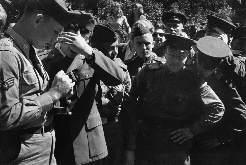 Sowjet- und US-Soldaten im Wiener Prater