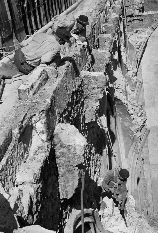 Hoch oben nahe des Stephansdoms in Wien, Juli 1947