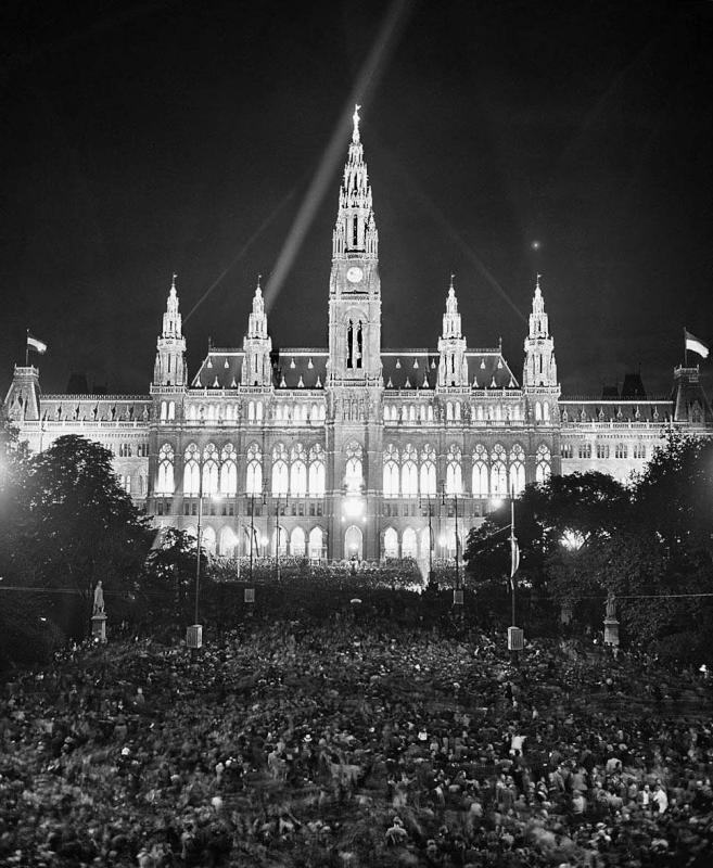 Das Wiener Rathaus ist für das Arbeiter Sportfest hell beleuchtet, Juli 1950