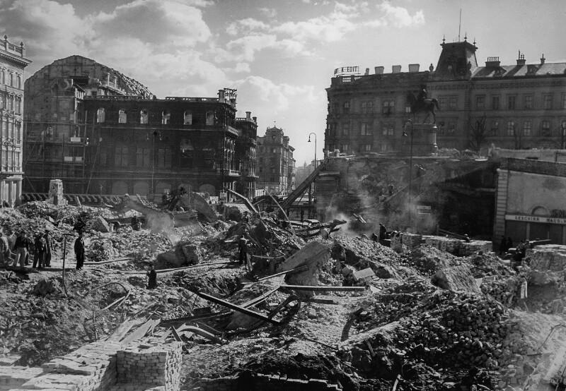 Alltag in Wien in der Nachkriegszeit. Albertinaplatz, Wien