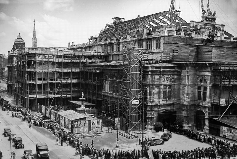 Wiener Musikliebhaber marschieren um das Wiener Opernhaus, in dem sich der Leichnam der im Jahre 1949 verstorbenen Opernsängerin Maria Cebotari befindet