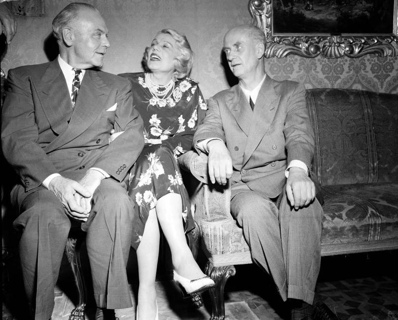 Sopranistin Maria Jeritza und ihr Mann treffen Dirigent Wilhelm Fürtwängler auf den Salzburger Festspielen 1948