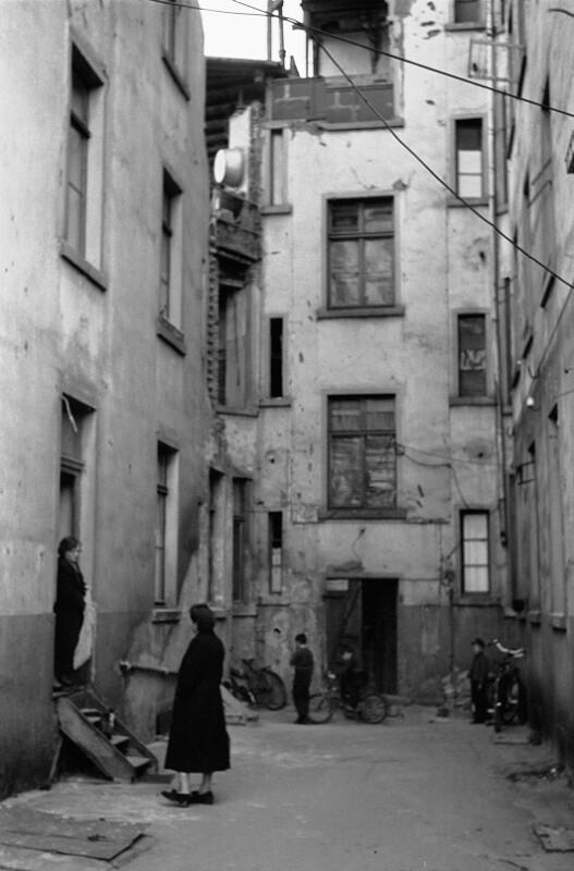 Ärmliche Hinterhof eines Apartment-Gebäudes in West-Berlin
