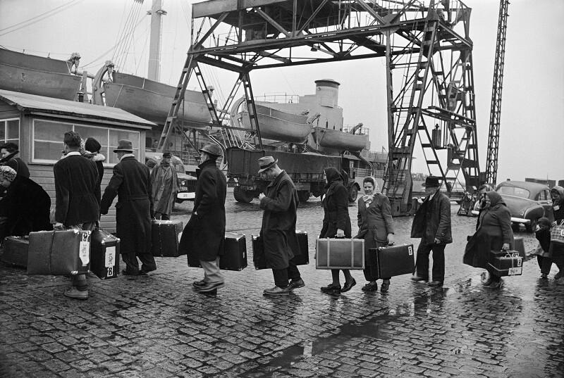 Deutsche Emigranten steigen in ein Schiff in Bremerhaven. 1951