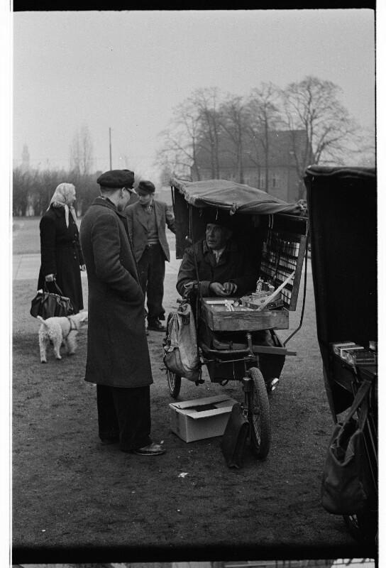 Ein Kriegs-Invalid hat sein Dreirad in einen mobilen Shop umgebaut. West-Berlin, 1951