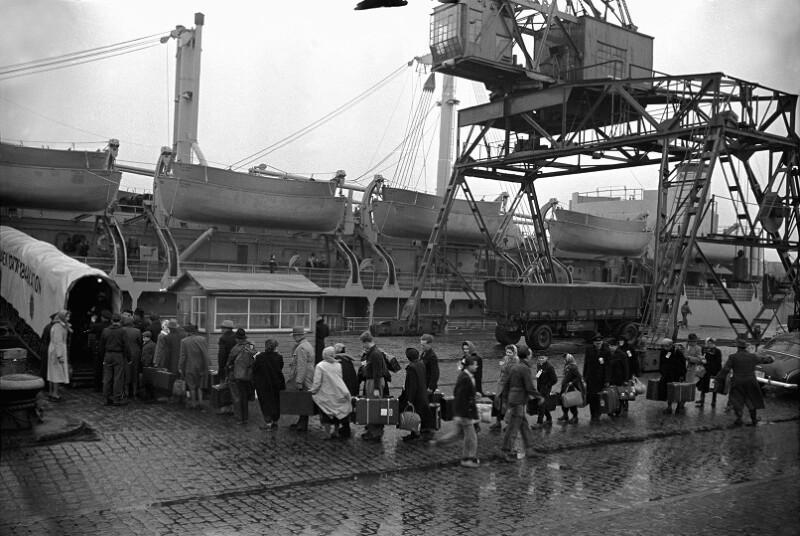Deutsche Immigranten steigen auf ein Schiff in Bremerhaven, 1951