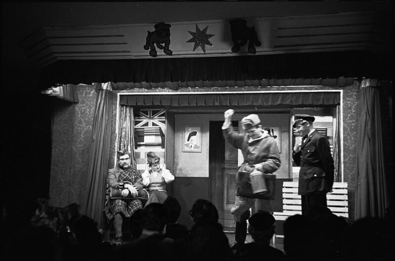 Leben in der Nachkriegszeit: Komödiant Karl Farkas als Österreichischer Polizist, der versucht, einen Sowjetischen Bewohner zu beruhigen