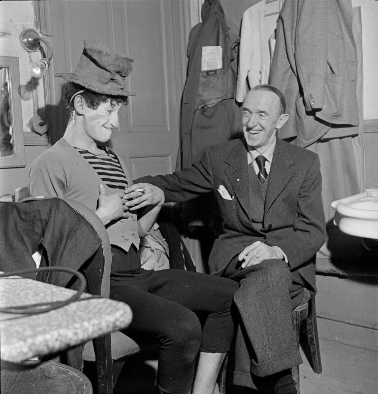 Der französische Pantomime Marcel Marceau mit Stan Laurel, Paris, 1951