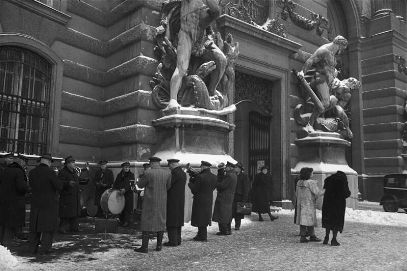 Leben in der Nachkriegszeit: Blaskapelle der Straßenbahn-Arbeiter geben ein Freiluftkonzert in der Kälte, Wien, 1953