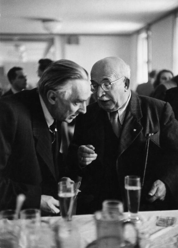 Deutscher Schriftsteller Arnold Zweig mit sowjetischen Schriftsteller Konstantin A. Fedin währen dem Friedenskongress in Wien, 1953