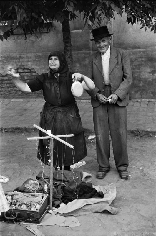 Älteres Paar verkauf handgemachtes Spielzeug auf den Straßen von Budapest