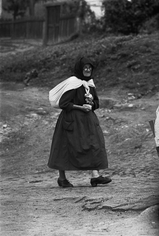 Eine Bäuerin am Weg zu einer Freiluft-Messe in Kalocsa im Süden Ungarns
