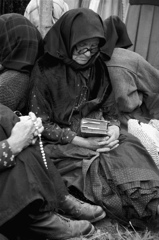Ältere Frau bei der Fronleichnamsprozession in Kalocza
