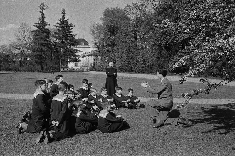 Wiener Sängerknaben beim Üben im Augarten, Wien, 1954