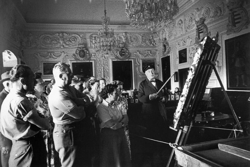 Graf Leopold Sternberg führt seine Gäste durch das Schloss Sternberk in Böhmen