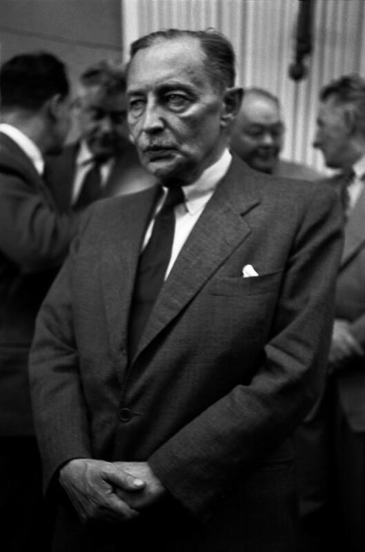 Zdenek Fierlinger, Präsident der Tschechoslowakischen Nationalversammlung, wartet auf die Ankunft Dag Hammarskjölds.