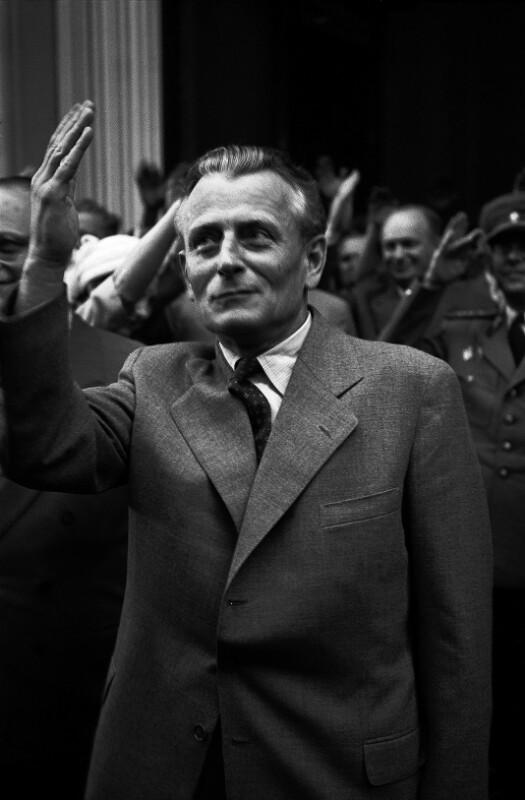 Antonin Novotny, Präsident der CSSR, wartet auf die Ankunft Dag Hammarskjölds.