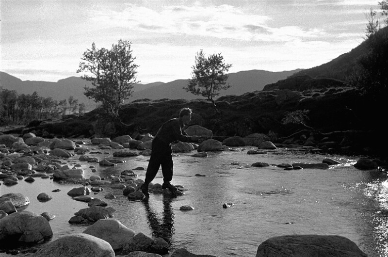 Beim Fischen in einem norwegischen Fjord