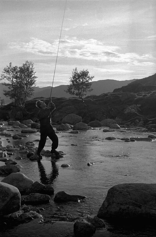 Beim Fischen in einem norwegischen Fjord, 1955