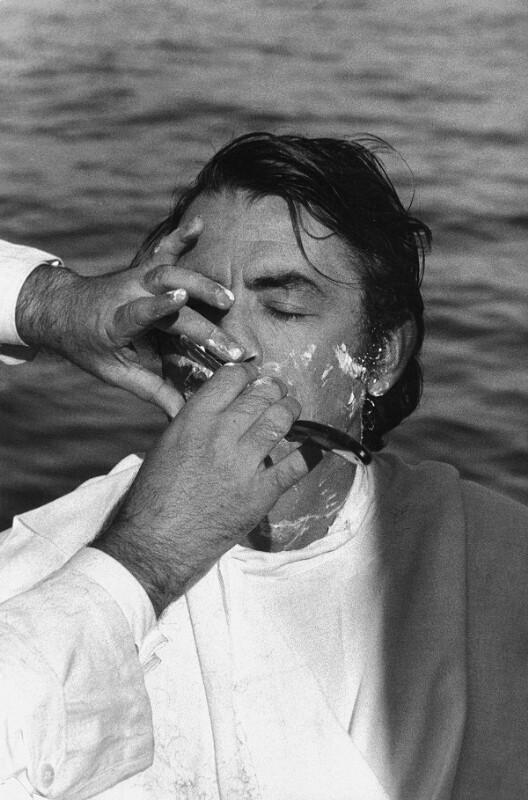 "Dreharbeiten zum Film ""Moby Dick"" - Hauptdarsteller Gregory Peck wird rasiert, Kanarische Inseln, 1954"