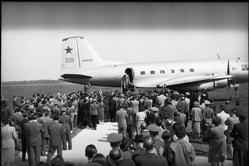 Der russische Außenminister Molotow bei der Ankunft am Flughafen Bad Vöslau, Mai 1955.