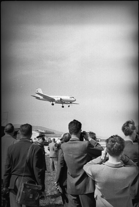 Der sowjetische Außenminister Wjatscheslaw Molotow kommt anlässlich der Unterzeichnung des Staatsvertrages in Österreich an, Flughafen Bad Vöslau, Mai 1955.