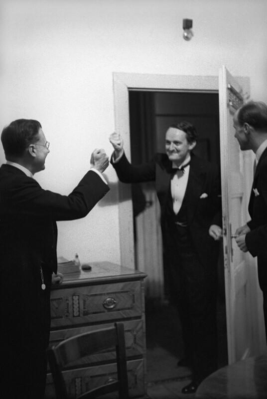 """Dirigent Karl Böhm und Komponist Gottfried von Einem wünschen einander vor der Uraufführung von Einems Oper """"Der Prozess"""" Glück, Salzburg, August 1953."""