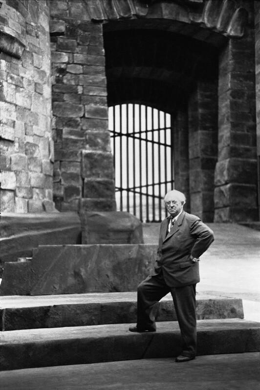 Architekt Clemens Holzmeister am Set von Fidelio, welches er selbst designet hat, 1955