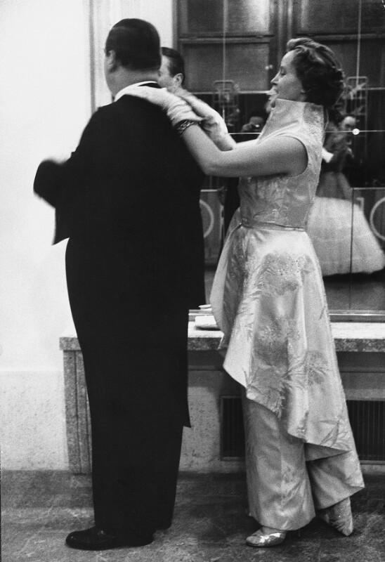 Neueröffnung des Wiener Opernhauses: Frau richtet ihrem Mann vor Betreten des Saals den Kragen, 1955