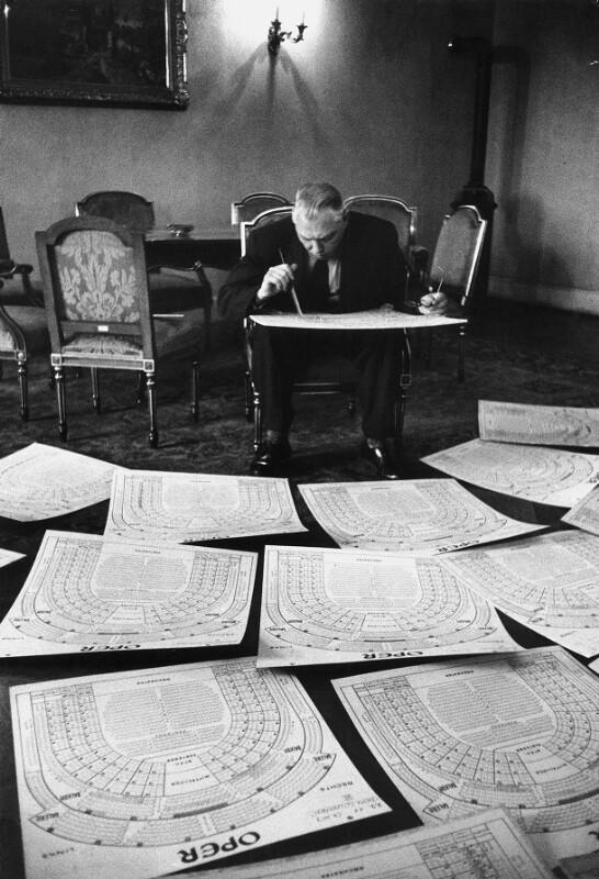 Dr. Fitz Meznik, Chef des Österreichischen Bundespressebüros, bei der Erstellung der Sitzordnung für die Wiedereröffnung der Wiener Oper, 1955