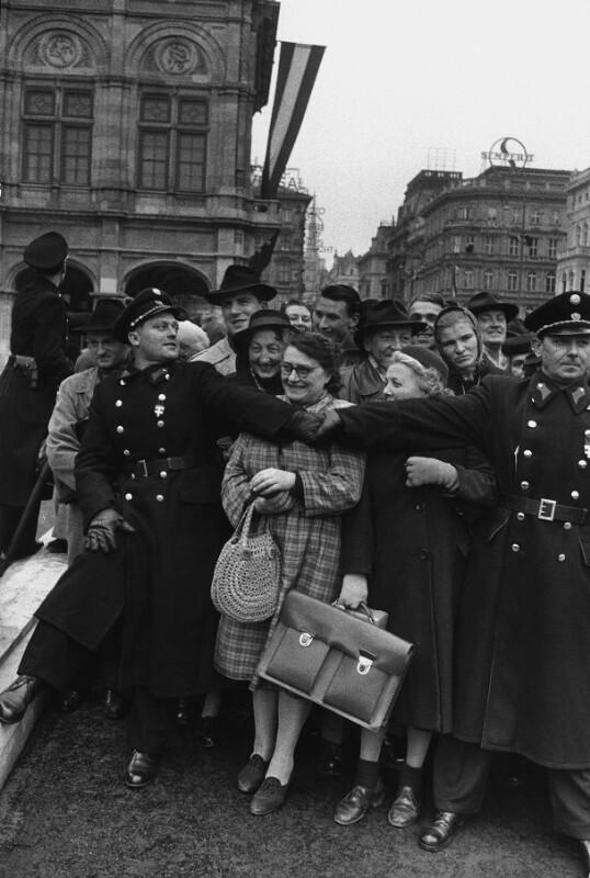 Neueröffnung des Wiener Opernhauses: Polizei hält Menge zurück, die Ankunft der Gäste beobachtet, 1955
