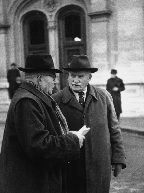 Neueröffnung des Wiener Opernhauses: Zwei Gentlemen vor der Wiener Staatsoper, 1955
