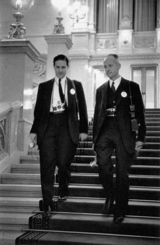 Neueröffnung des Wiener Opernhauses: Die zwei Fotografen Erich Hartmann und Henri Cartier-Bresson, Wien, 1955