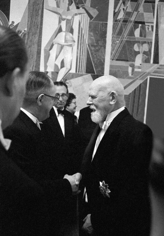 Neueröffnung des Wiener Opernhauses: Österreichischer Präsident Theodor Körner spricht mit Kanzler Julius Raab, 1955