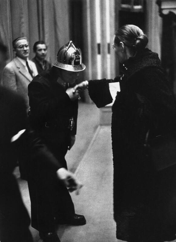 Neueröffnung des Wiener Opernhauses: Feuerwehrmann grüßt Ballettmeisterin Erika Hanka mit einem Handkuss, 1955