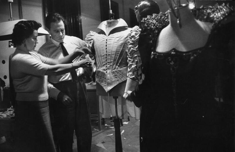 Opernsänger George London inspiziert sein Kostüm für Don Giovanni, Wien, 1955