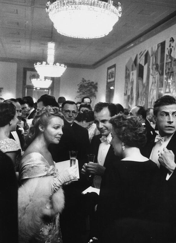 Neueröffnung des Wiener Opernhauses: Zuseher während der Pause, 1955