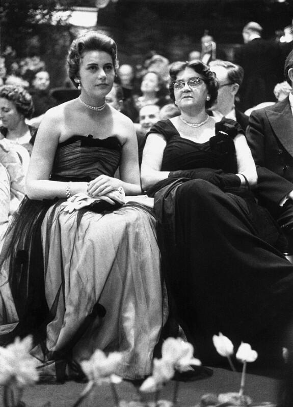 Neueröffnung des Wiener Opernhauses: Zwei junge Frauen während der Eröffnung der Wiener Staatsoper, 1955