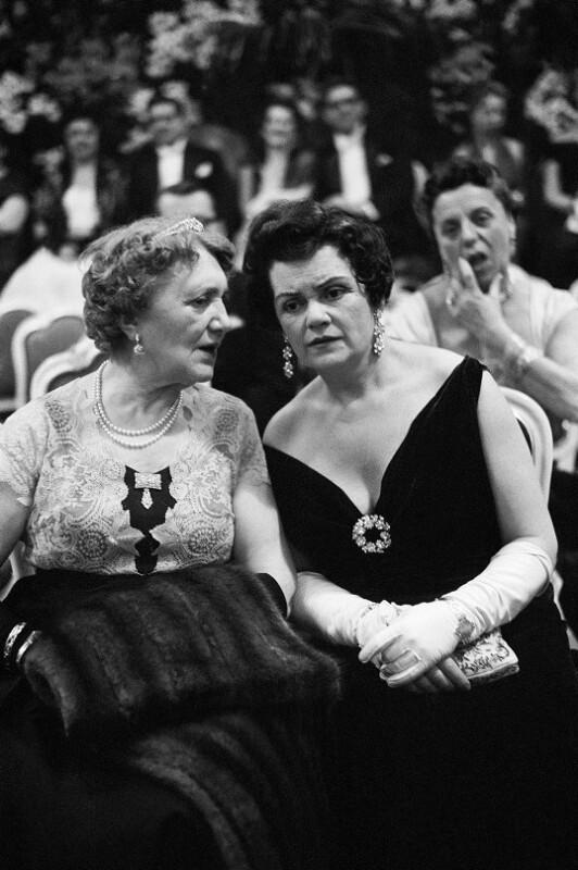 Neueröffnung des Wiener Opernhauses: Zwei elegante Damen, 1955