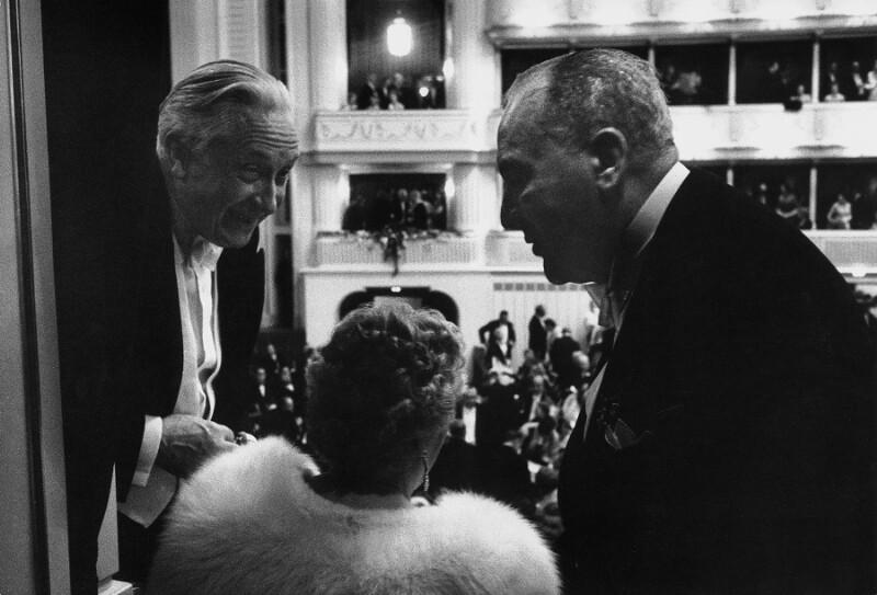 Neueröffnung des Wiener Opernhauses: Dirigent Bruno Walter in einer Loge, 1955