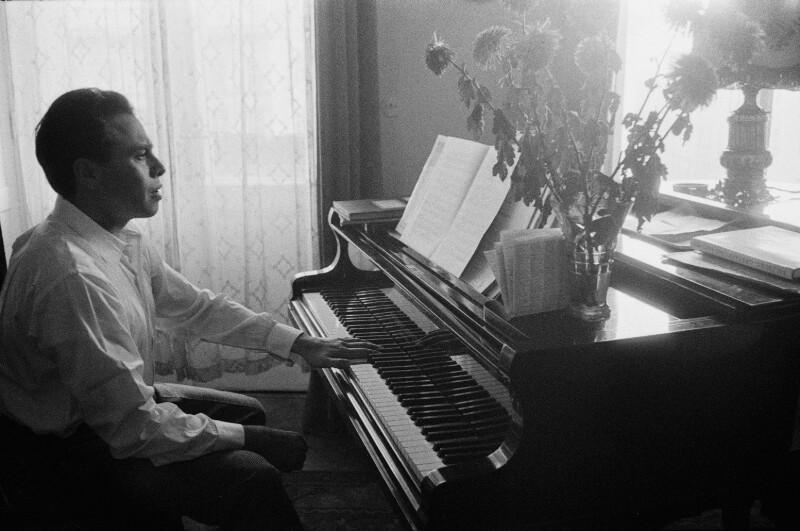 Opernsänger George London übt am Klavier in seinem Wiener Apartment, 1955