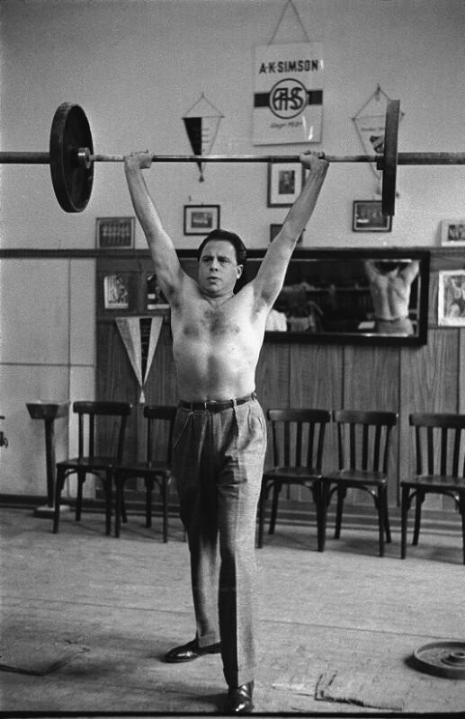 Opernsänger George London trainiert im Fitnessstudio, Wien, 1955