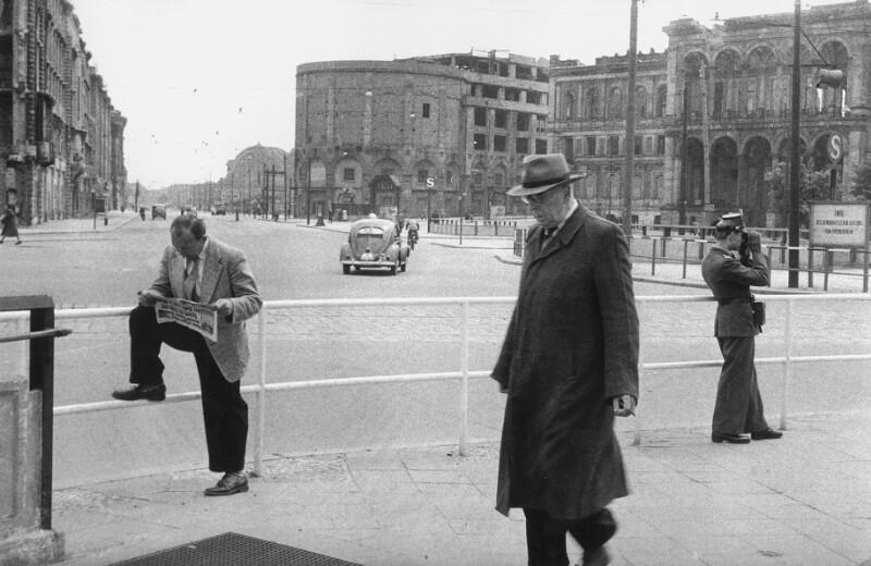 Anhalter Bahnhof: Berliner Polizist mit Ferngucker, West-Berlin, 1955