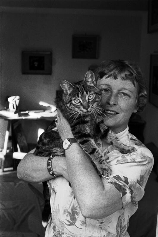 Die Bühnenbildnerin und Malerin Ursula Schuh mit ihrer Katze