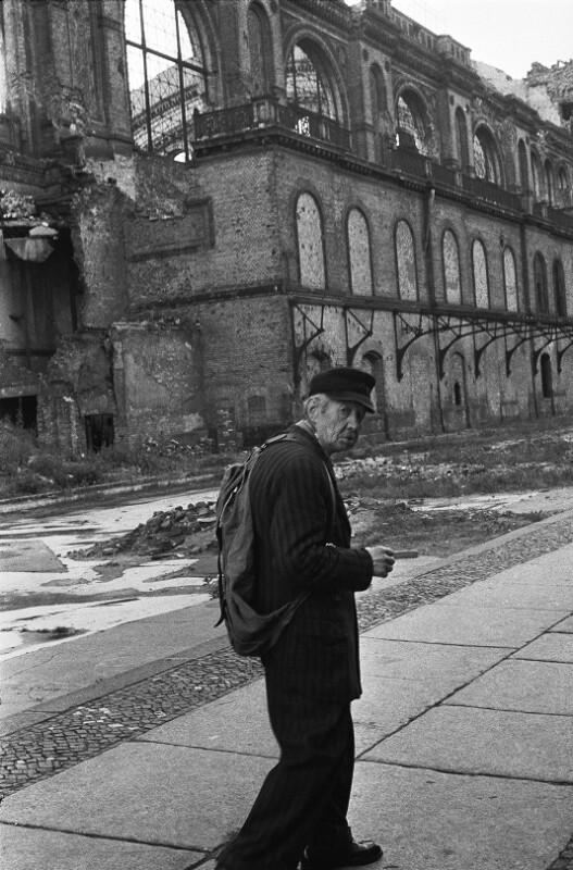 Alter Mann vor den Ruinen des Anhalter Bahnhofs, Berlin